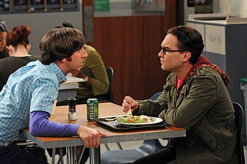 Simon Helberg e Kaley Cuoco nell'episodio The Gorilla Experiment di The Big Bang Theory