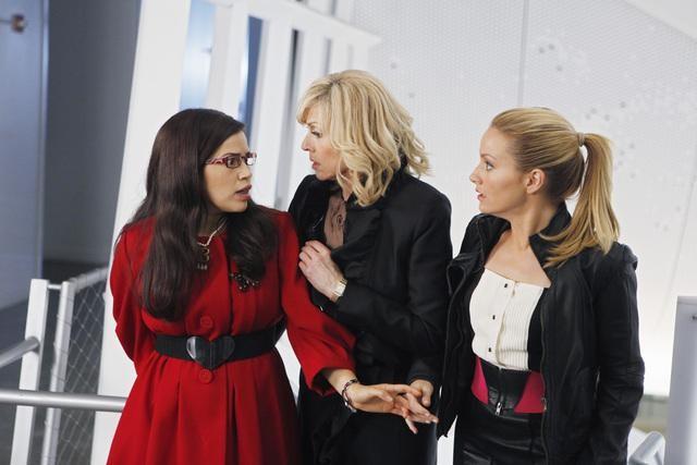 Ugly Betty: America Ferrera, Judith Light e Becki Newton in una scena dell'episodio Level (7) with Me