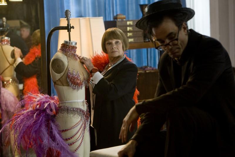 Daniel Day-Lewis e Judi Dench in una sequenza del musical Nine