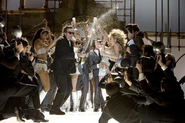 Daniel Day-Lewis e Kate Hudson in una sequenza del film musicale Nine