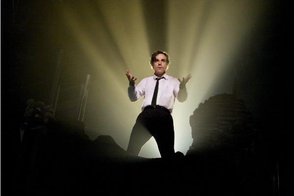 Daniel Day-Lewis in una sequenza del musical Nine