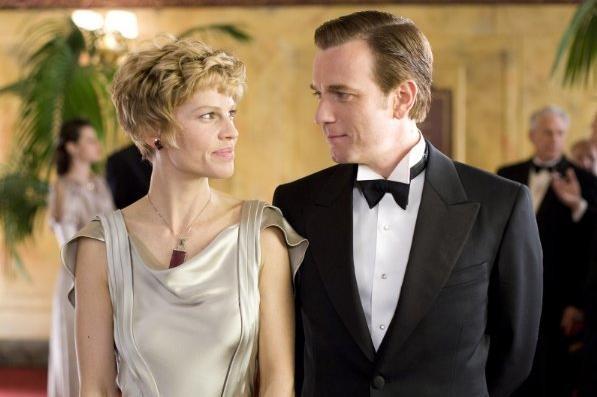 Hilary Swank e Ewan McGregor in una scena del film Amelia