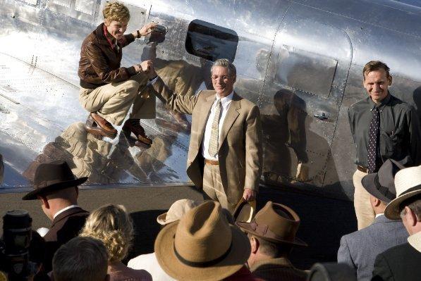 Hilary Swank e Richard Gere in una scena del film Amelia