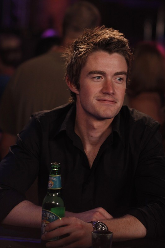 Clay (Robert Buckley) nel locale in cui si esibisce Haley, nell'episodio Now You Lift Your Eyes to the Sun di One Tree Hill