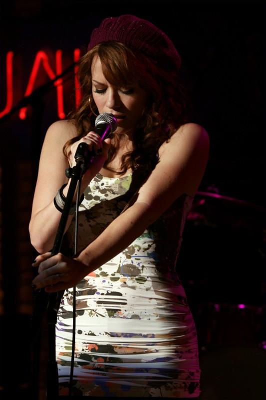 Haley (Bethany Joy Galeotti) si esibisce per un concerto gratis al Tric nell'episodio Now You Lift Your Eyes to the Sun di One Tree Hill