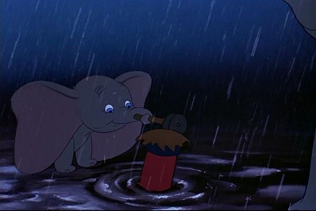Il tenero elefantino in una scena del film d\'animazione Dumbo
