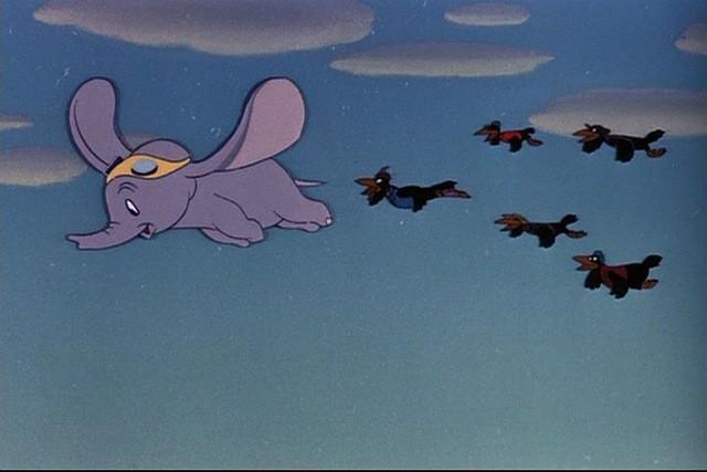 L\'elefantino protagonista e i corvi in una scena del film d\'animazione Dumbo