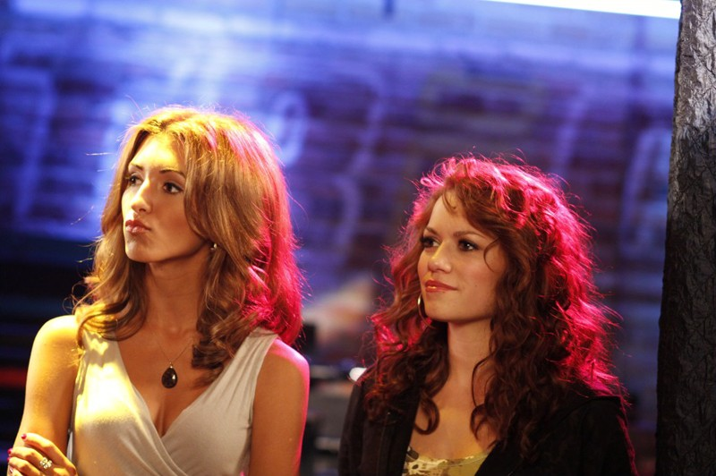 Miranda (India de Beaufort) ed Haley (Bethany Joy Galeotti) al Tric nell'episodio Now You Lift Your Eyes to the Sun di One Tree Hill