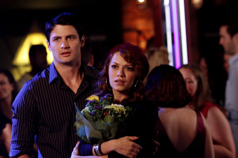 Nathan (James Lafferty) ed Haley (Bethany Joy Galeotti) al Tric nell'episodio Now You Lift Your Eyes to the Sun di One Tree Hill