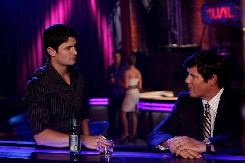 Nathan (James Lafferty) parla con il padre Dan Scott (Paul Johansson) al Tric nell'episodio Now You Lift Your Eyes to the Sun di One Tree Hill