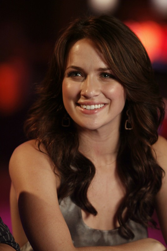 Quinn (Shantel VanSanten) nel locale in cui si esibisce Haley, nell'episodio Now You Lift Your Eyes to the Sun di One Tree Hill