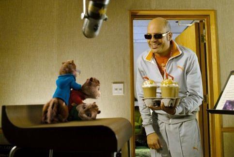 Alvin, Theodore e Simon insieme a Ian Hawke in una scena del film Alvin Superstar