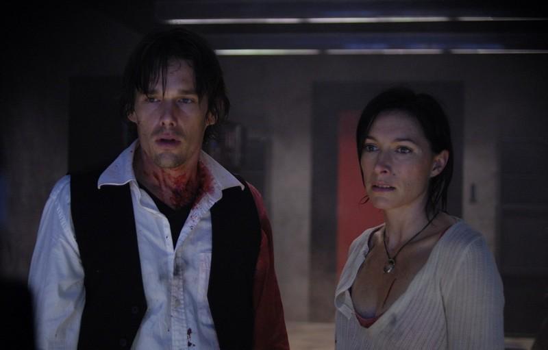 Ethan Hawke e Claudia Karvan in una scena del film Daybreakers