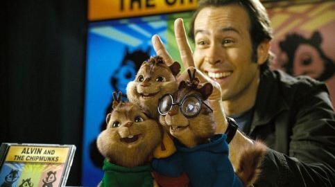 Jason Lee con i piccoli Chipmunk in una scena di Alvin Superstar