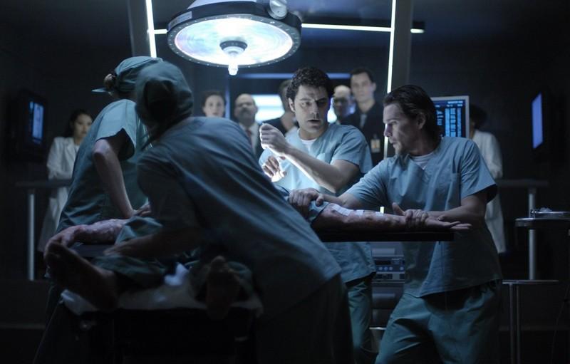 Vince Colosimo e Ethan Hawke in sala operatoria in una sequenza del film Daybreakers