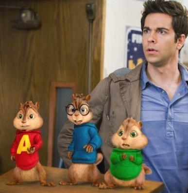 Zachary Levi con i piccoli Chipmunk in una scena di Alvin Superstar 2