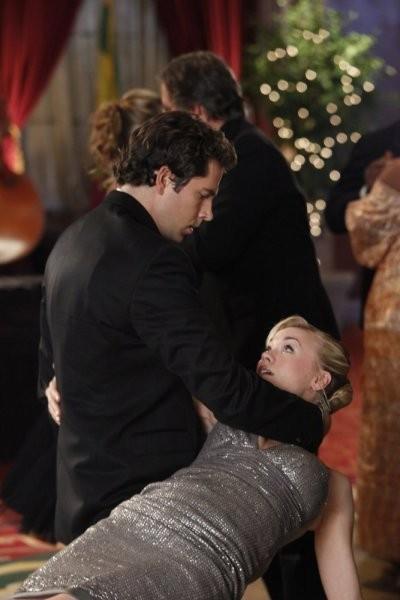 Chuck: Yvonne Strahovski e Zachary Levi in una scena dell'episodio Chuck Vs. The Angel de la Muerte