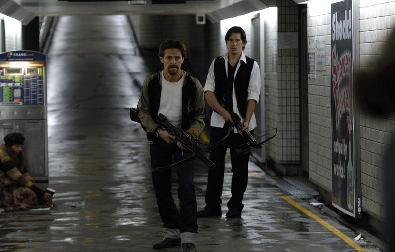 Elvis (Willem Dafoe) ed Edward (Ethan Hawke) in un'immagine tratta dal film Daybreakers