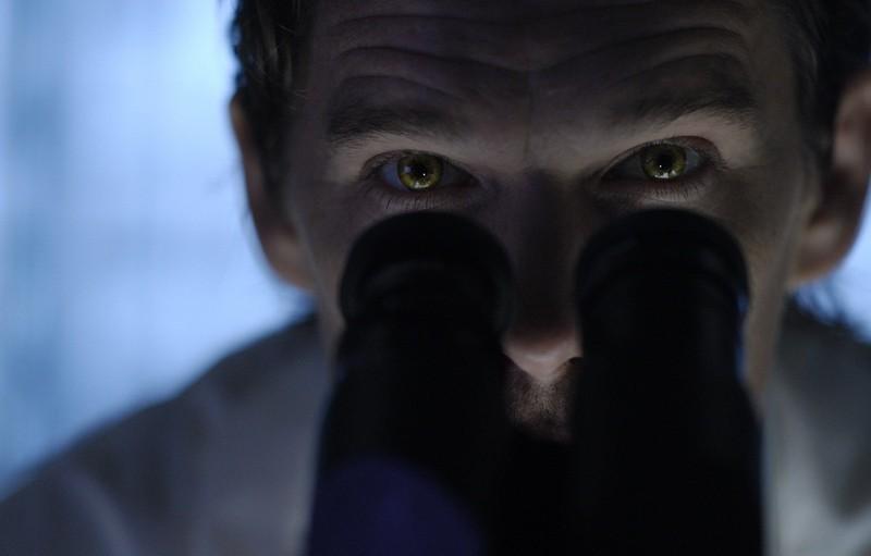 Ethan Hawke studia campioni al microscopio in una scena di Daybreakers