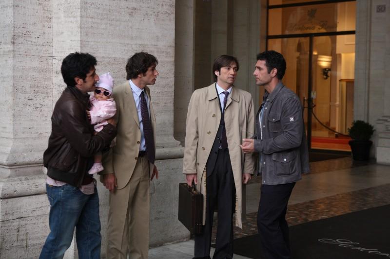 Luca Angeletti, Ignazio Oliva, Francesco Apolloni e Raoul Bova in una scena di Scusa ma ti voglio sposare