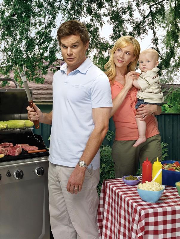 Michael C. Hall, Julie Benz e il bebè in una foto promo della quarta stagione di Dexter