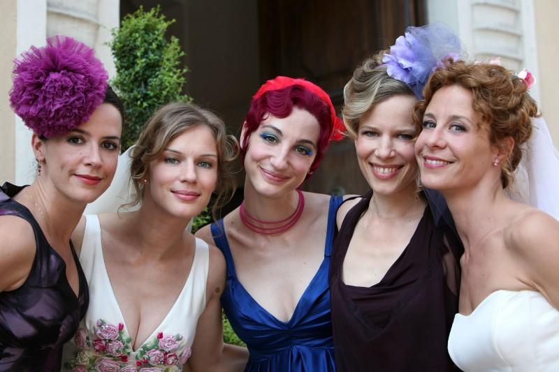 Tutti pazzi per amore 2: una foto di Irene Ferri, Antonia Liskova, Francesca Inaudi, Sonia Bergamasco e Carlotta Natoli