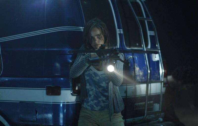 Una scena d'azione con la bella Isabel Lucas nel film Daybreakers