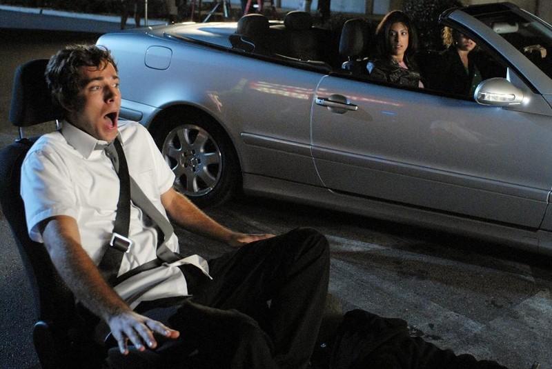 Zachary Levi (Chuck) in una scena comica dell'episodio 1x06 Chuck vs. Il verme della sabbia
