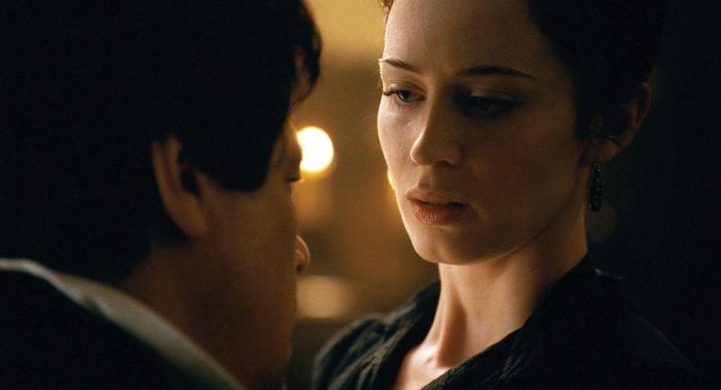 Benicio Del Toro ed Emily Blunt in un'immagine del film The Wolf Man