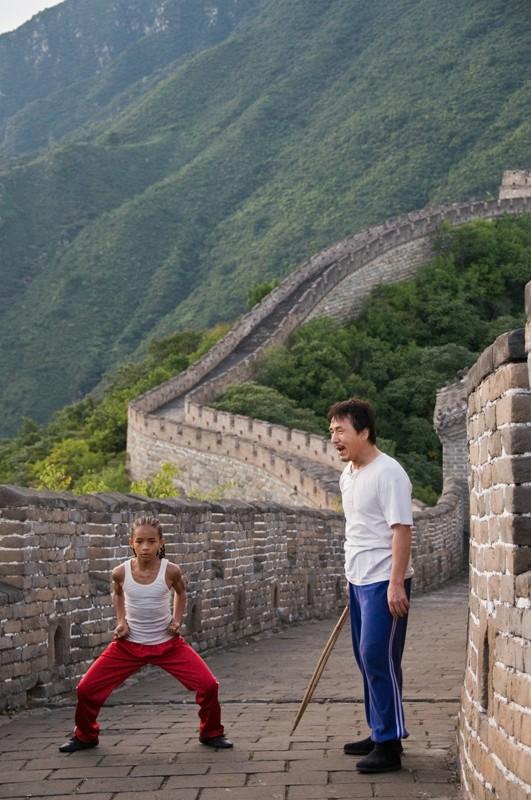 Dre (Jaden Smith) si allena sulla muraglia cinese, sotto gli insegnamenti di Mr. Han (Jackie Chan)