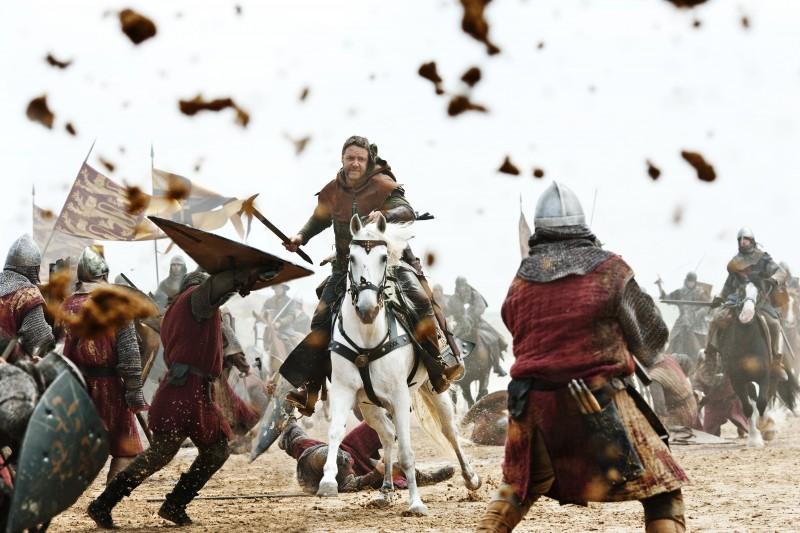 Russell Crowe in una scena di battaglia nel film Robin Hood