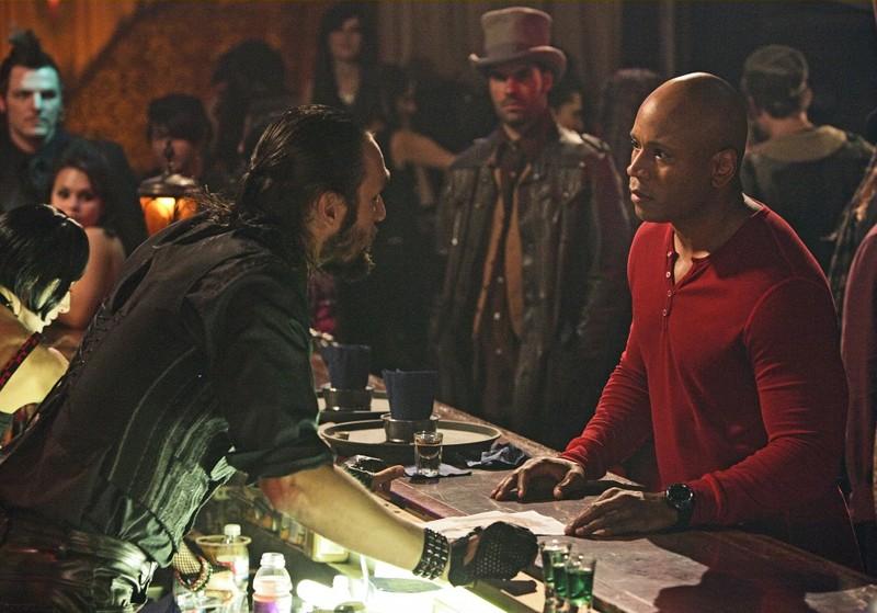Agente Speciale Hanna (LL Cool J) parla con il barista nell'episodio Random On Purpose di NCIS: Los Angeles