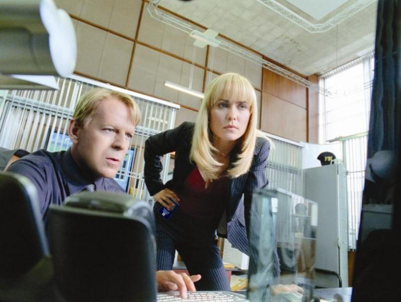 Bruce Willis e Radha Mitchell in una scena de Il mondo dei replicanti