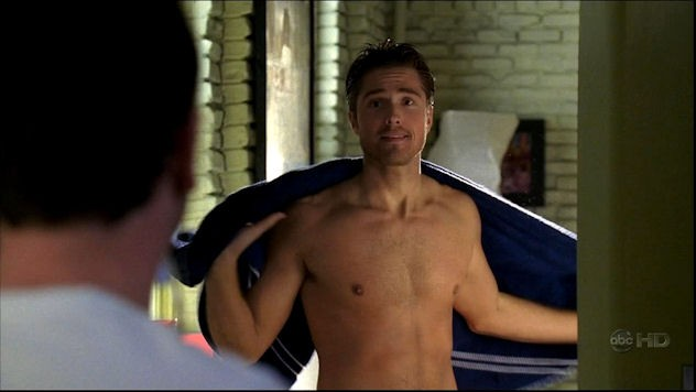 Eric Winter in una scena sexy del serial Brothers & Sisters