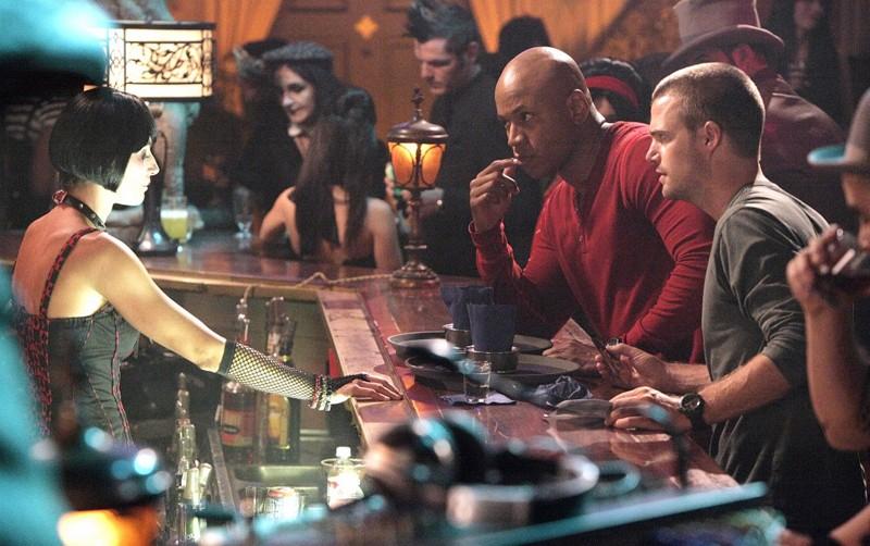 G (Chris O'Donnell) e Hanna (LL Cool J) parlano con la barista nell'episodio Random On Purpose di NCIS: Los Angeles