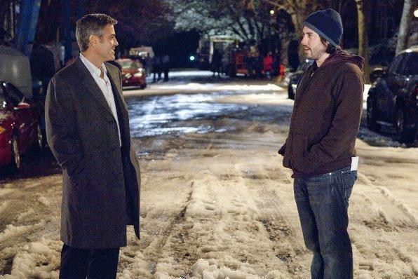 George Clooney e il regista Jason Reitman sul set del film Tra le nuvole