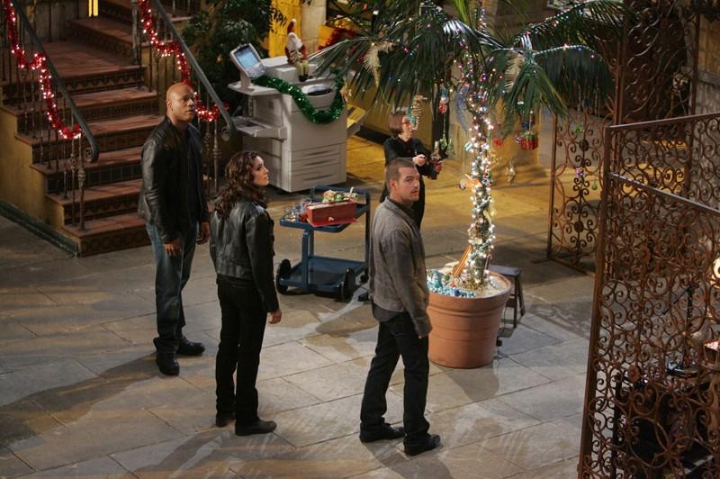 Hetty (Linda Hunt) addobba il quartier generale in una scena dell'episodio Brimstone di NCIS: Los Angeles