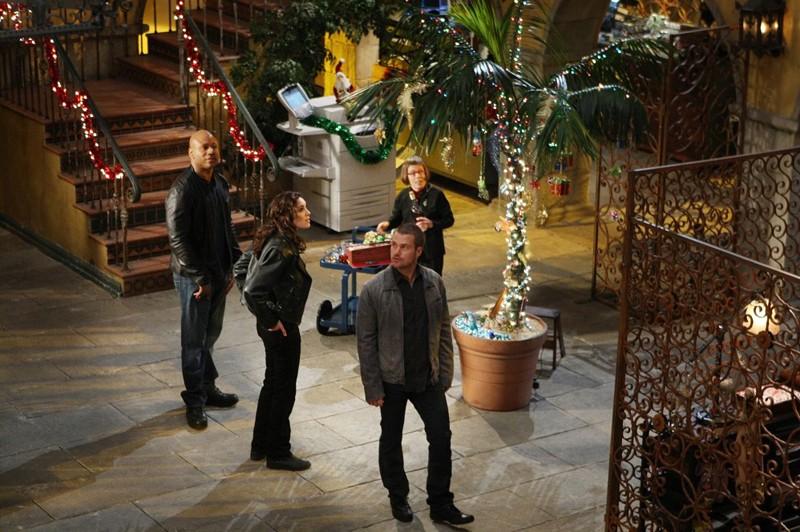 Il quartier generale addobbato a festa in occasione del Natale nell'episodio Brimstone di NCIS: Los Angeles