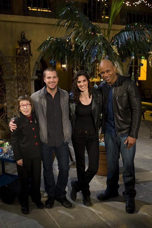 Linda Hunt, Chris O'Donnell, Daniela Ruah e LL Cool J posano per una fotografia sul set dell'episodio Brimstone