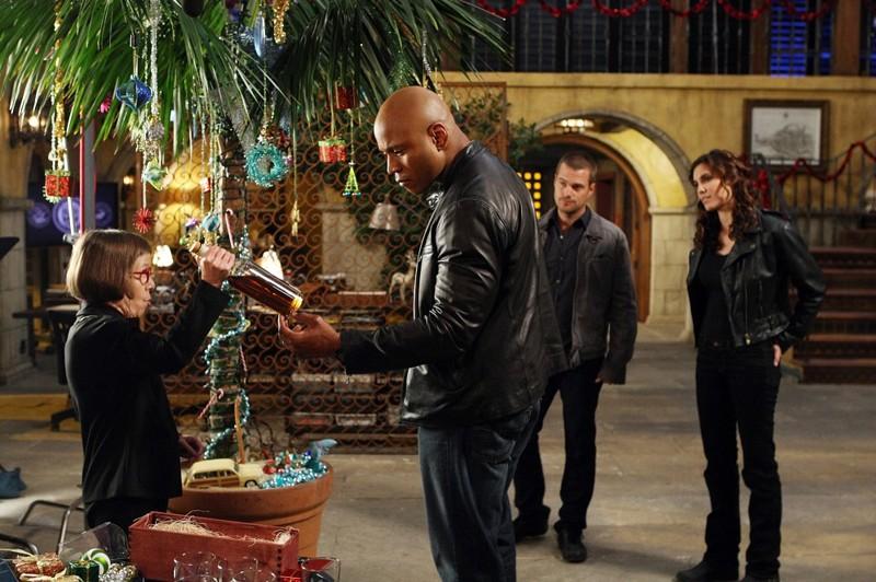 Linda Hunt, LL Cool J, Chris O'Donnell e Daniela Ruah in una scena dell'episodio Brimstone della serie NCIS: Los Angeles