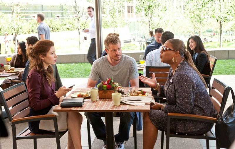 Una scena del film Valentine's Day con Kara Monahan (Jessica Biel), Sean Jackson (Eric Dane) ed Erin Patusi (Queen Latifah)