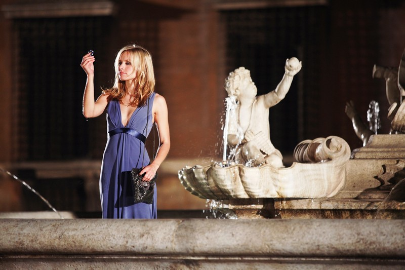 Kristen Bell guarda una fish in una scena di When in Rome
