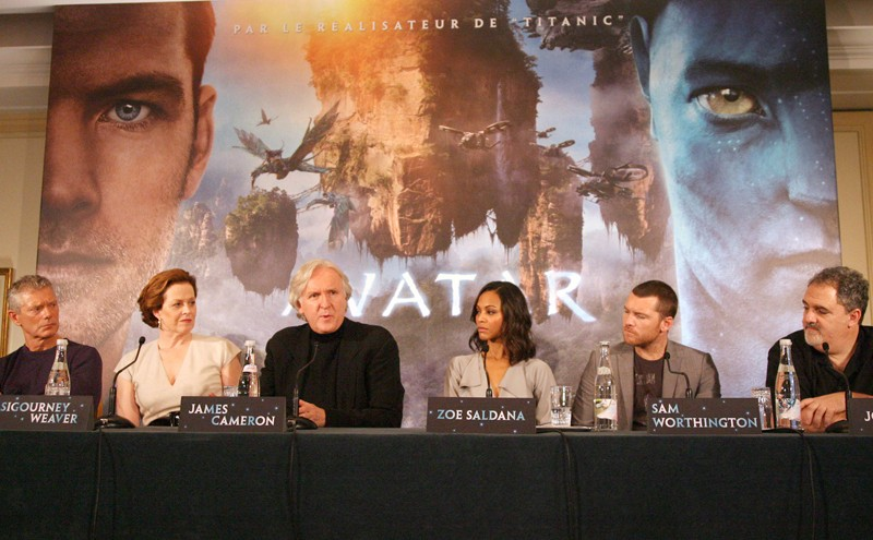 Stephen Lang, Sigourney Weaver, James Cameron, Zoe Saldana, Sam Worthington e Jon Landau alla press conference di Avatar, a Parigi, il 7 Dicembre 2009