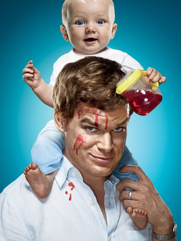 Un'immagine promozionale di Dexter (Michael C. Hall) con bebè per la quarta stagione della serie tv Dexter