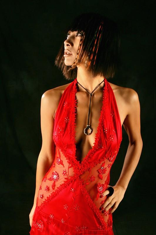 Bai Ling con abito rosso scarlatto