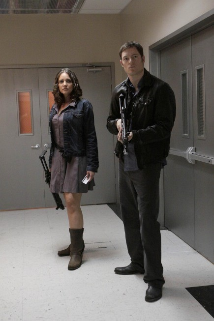 Dollhouse: Tahmoh Penikett e Miracle Laurie in una scena dell'episodio The Hollow Men
