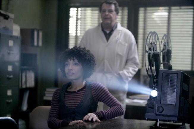 Fringe: John Noble e Jasika Nicole nell'episodio Unearthed
