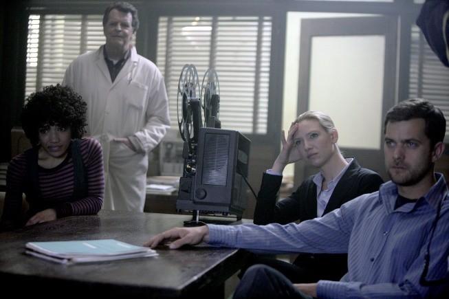 Fringe: John Noble, Jasika Nicole, Anne Torv e Joshua Jackson nell'episodio Unearthed