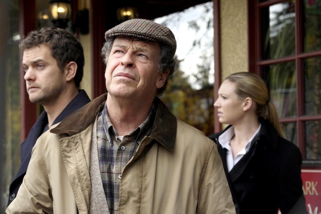 Fringe: John Noble, Joshua Jackson ed Anna Torv in una scena dell'episodio Edina City Limits