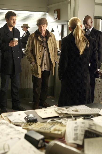 Fringe: John Noble, Joshua Jackson, Lance Reddick ed Anna Torv nell'episodio Edina City Limits